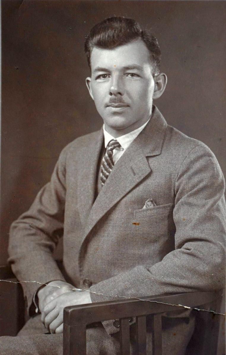 Name:  01040 Trosin Walter Johann Ferdinand ca 1940 Portrait (SA611936).jpg Hits: 456 Größe:  248.8 KB