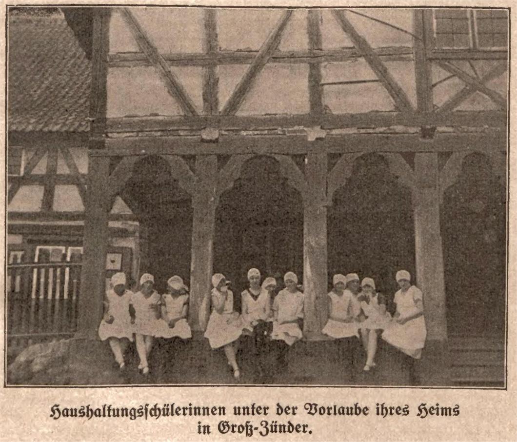 Name:  Haushaltungsschülerinnen unter der Vorlaube ihres Heims in Groß-Zünder.jpg Hits: 400 Größe:  369.2 KB