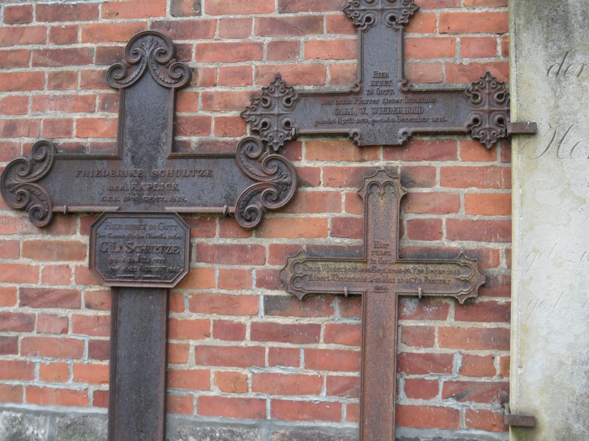 Name:  Alte Grabkreuze an der Kirche Mariensee.jpg Hits: 384 Größe:  441.9 KB